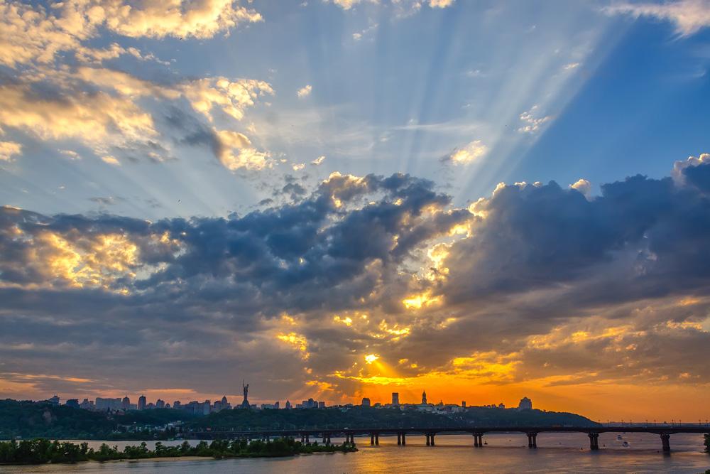 Киев. Закат за мостом Патона